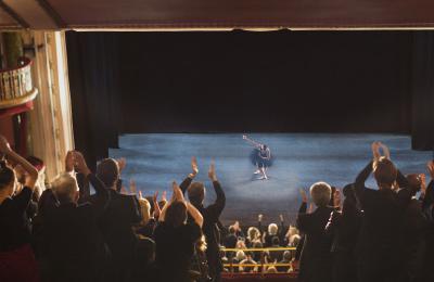 Teater, fika och guidad tur för två