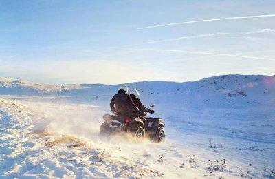 Kör fyrhjuling på vinterbana