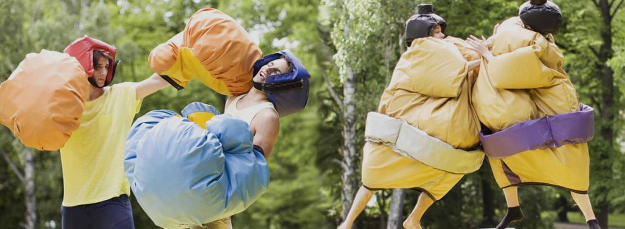 Två personer som utövar bouncy boxing